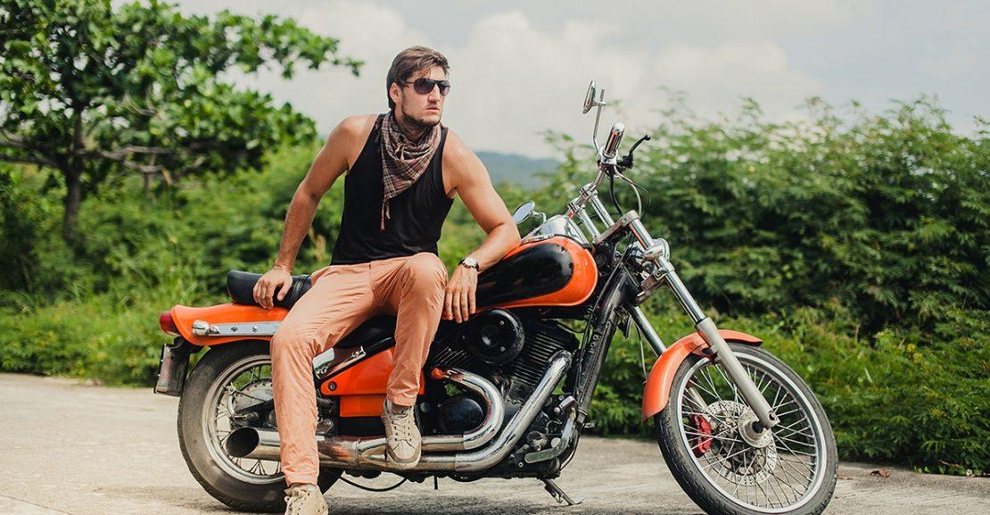 Mężczyzna na motocyklu wśród zieleni